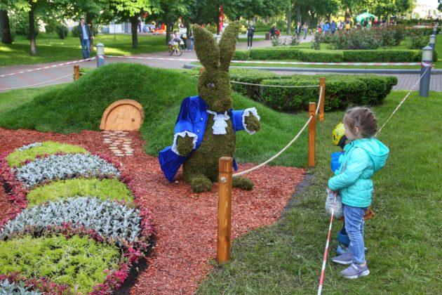 Парк Перемоги перетворили на Дивокрай. Тут – Чеширський Кіт, Кривава королева та Кролик (ФОТО)