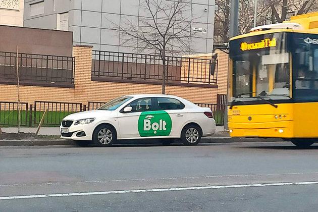 Таксистам дозволили їздити смугами громадського транспорту
