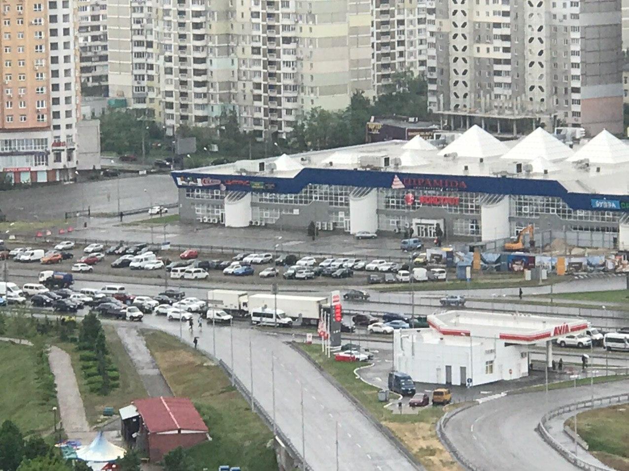 Вантажівки заїжджають в Київ попри заборону – затори тотальні