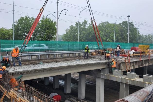На Борщагівському шляхопроводі змонтували перші нові балки
