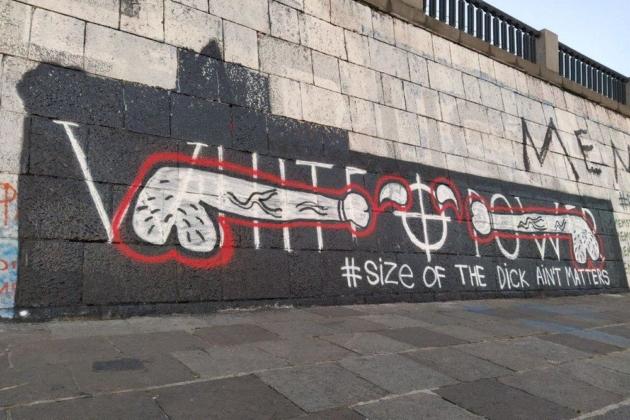 Війна на стіні: расистське графіті на набережній Дніпра розмалювали пісюнами