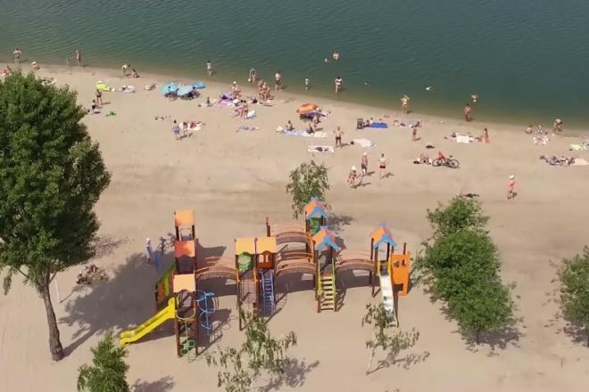 """Комфортний і безпечний: пляж """"Троєщина"""" підняв """"Блакитний прапор"""""""