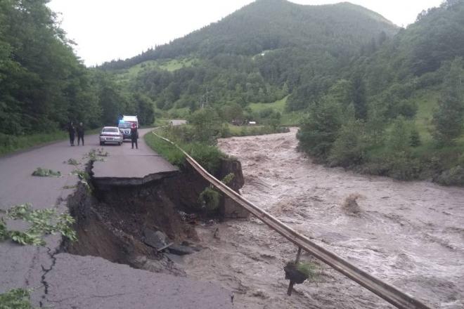 Буковель затопило, дороги змиває – Київ допоможе у боротьбі зі стихією на заході