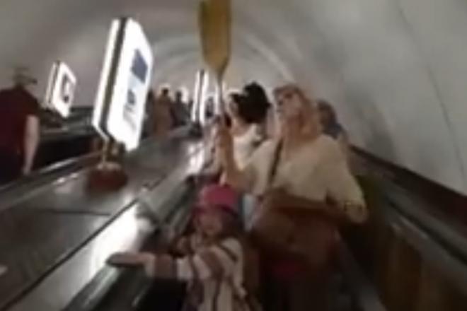"""""""Знімайте маски, коронавірусу не існує"""" – жінка з мітлою звернулася до пасажирів метро"""