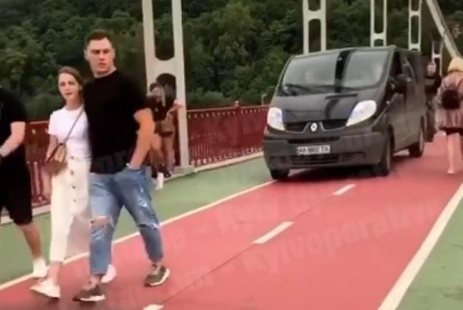 Через пішохідний міст на авто – водія за добу знайшли та покарали