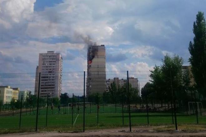 Горіла багатоповерхівка на Позняках неподалік будинку, що вибухнув
