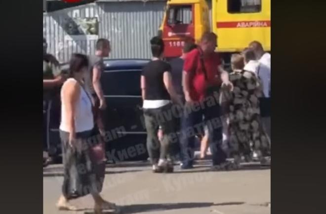 Ранок київського водія: зачепив пішохода, побили, вкрали сумку з пістолетом, вистрелили