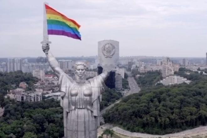 Мати зрозуміє. На Батьківщині-матері встановили прапор ЛГБТ