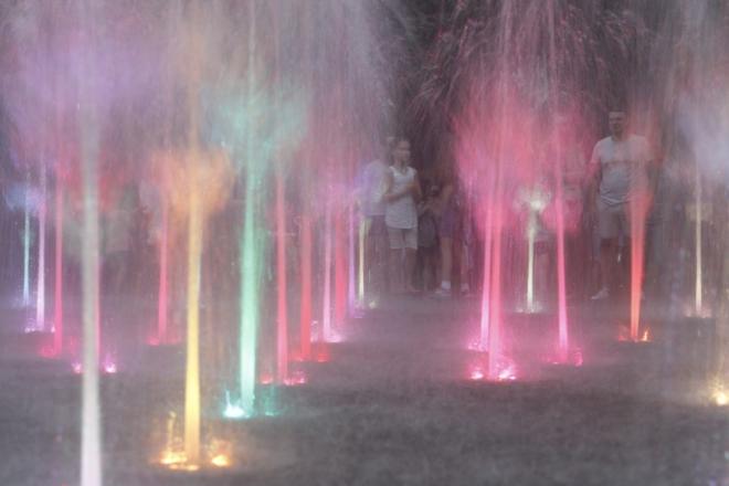 Кольорова краса. Як працює інтерактивний фонтан в Сирецькому парку (ВІДЕО)