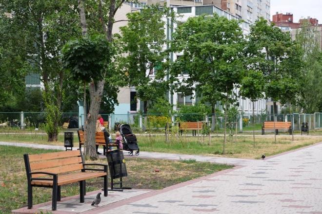Майданчики, доріжки, освітлення – у Деснянському районі оновлюють 4 сквери