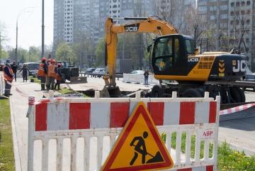 На Солом'янській прорив труби: дорога розрита, рух транспорту обмежено
