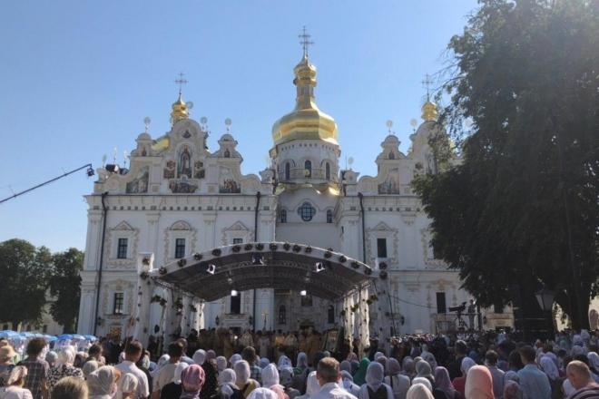 Сотні людей прийшли до Києво-Печерської Лаври святкувати хрещення Русі (ФОТО)
