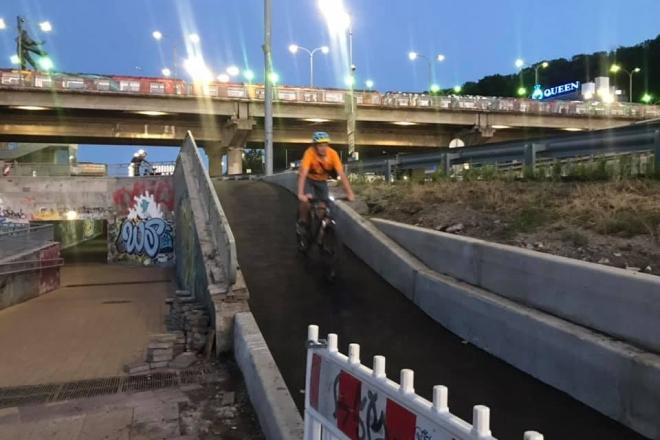 Велоз'їзд з мосту Метро на Набережне шосе готовий: як виглядає