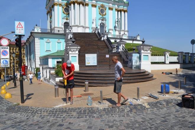 Сходи Андріївської церкви тепер захищені від паркувальників (ФОТО)