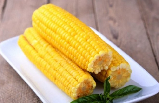 Влітку майже на кожній кухні чи пляжі. Що варто знати про кукурудзу