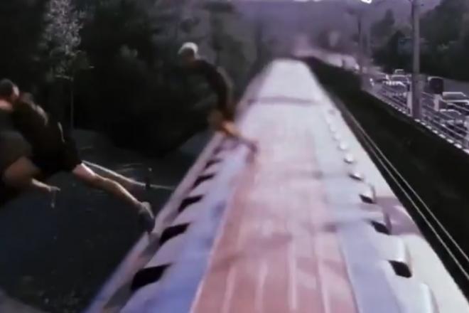 Двоє хлопців стрибнули в Дніпро з даху вагона метро на Гідропаку (ВІДЕО)