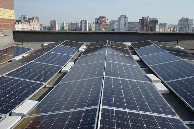 Інвестор побудував на даху багатоповерхівки сонячну електростанцію. Що це дає мешканцям