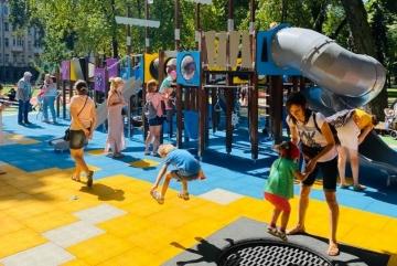 Діти випробовують новий майданчик у Маріїнському парку. Тут є де пострибати, полазити і покачатись