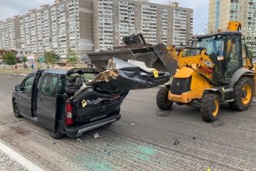Екскаватор комунальників зніс ковшом дах автівки на Позняках