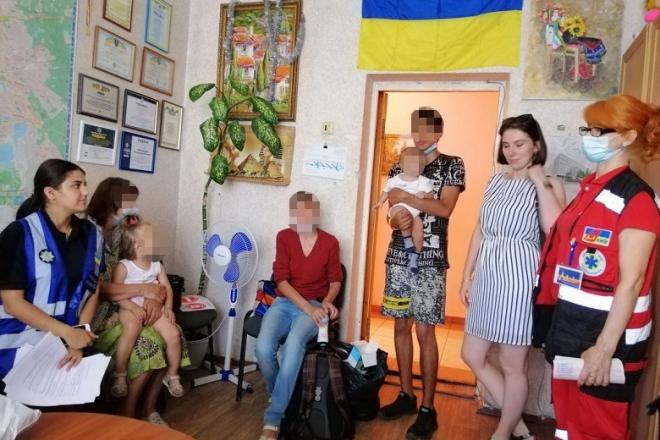 Двох дітей у візочку підкинули під магазин в Оболонському районі