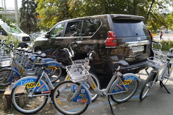 Кияни провчили водія, що припаркувався на станції велопрокату (ФОТО)