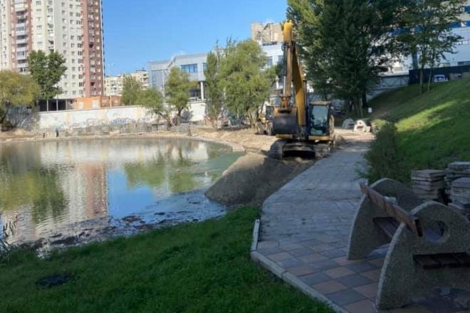 """На Оболоні """"з'їхала"""" в озеро частина набережної біля нового ЖК"""