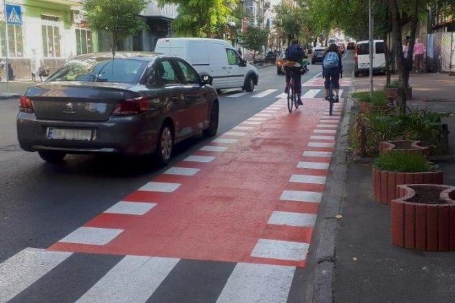 На Гончара облаштували велосмугу і додаткові парковки для автівок