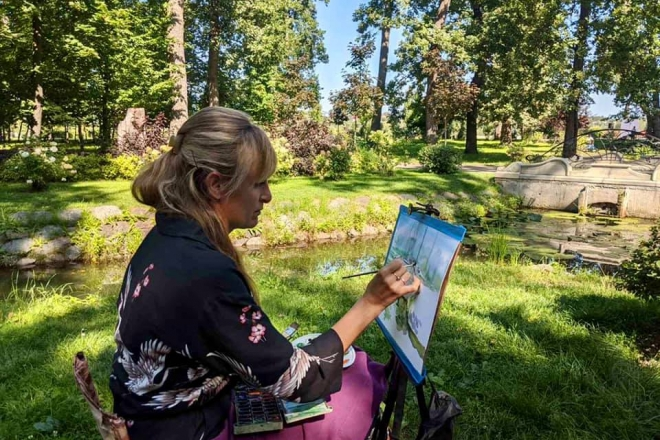 Майже 30 художниць з'їхались до Бучі малювати красу міста (ФОТО)