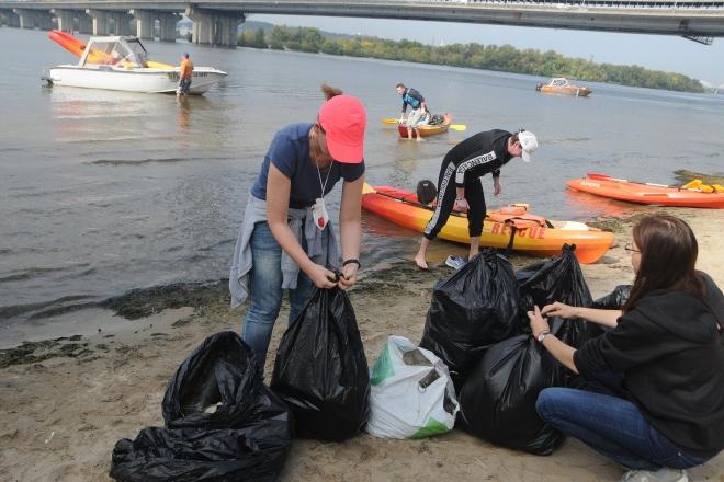 Акватолока на каяках: небайдужі виловили з Дніпра більше 10 мішків непотребу