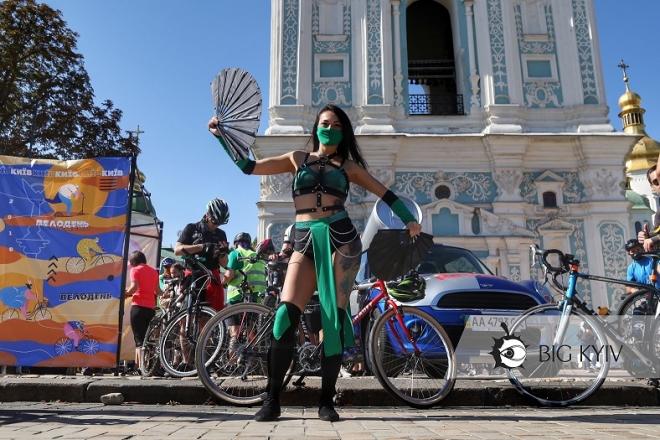 Велотетрісчелендж замість велопараду. Навіщо велосипедисти лягали на Софійській площі і посміхались дронам