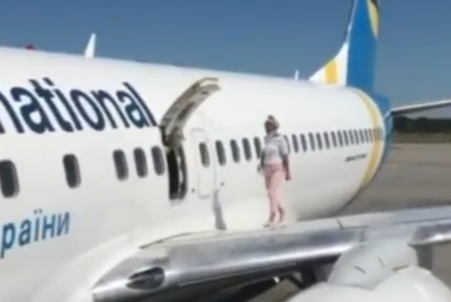 """Відео дня. У """"Борисполі"""" пасажирка вийшла на крило літака через аварійний вихід"""