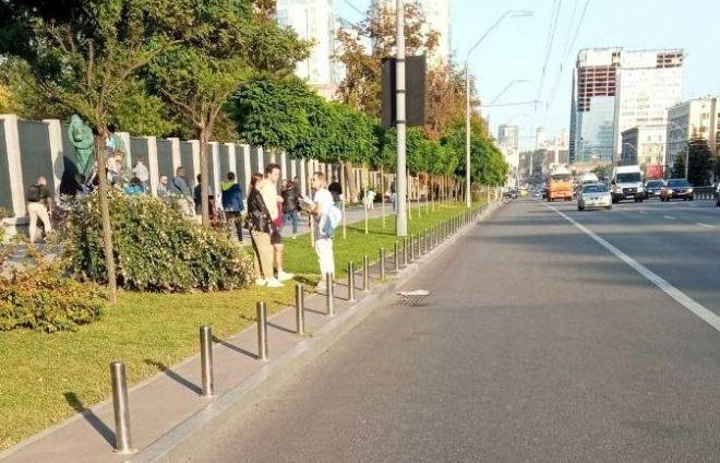 За неправильну парковку біля Київського зоопарку 20 автівок у вихідні забрав евакуатор
