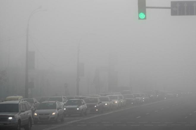 Туман яром: водіїв попереджають про низьку видимість на дорогах