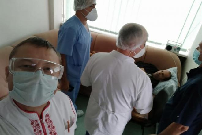 Володимир Балух вже ходить і читає – перші фото з лікарні