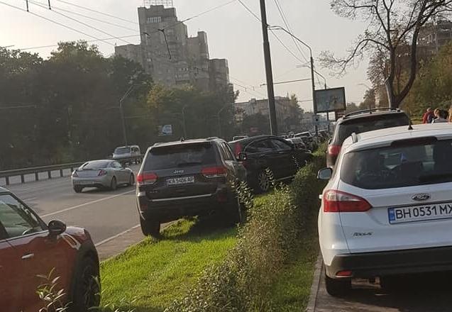 Новий паркінг не допоміг. Водії продовжують паркуватися на дорозі біля зоопарку