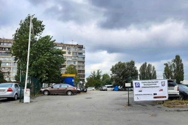 """З охороною і відеонаглядом: біля """"Героїв Дніпра"""" з'явився перехоплюючий паркінг"""
