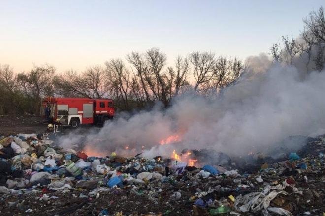 Під Білою Церквою майже добу палало сміттєзвалище