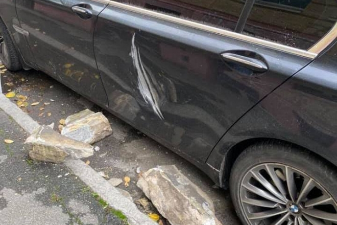 На автомобіль впав шматок балкону старого будинку в Михайлівському провулку (ФОТО)