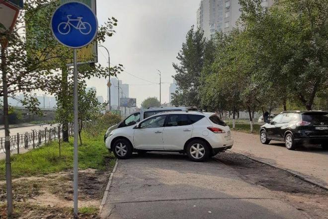 На проспекті Григоренка евакуюють авто порушників парковки (ФОТО)
