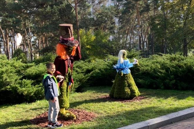 """У парку """"Перемога"""" встановили нові експонати виставки """"Аліса в країні див"""" (ФОТО)"""