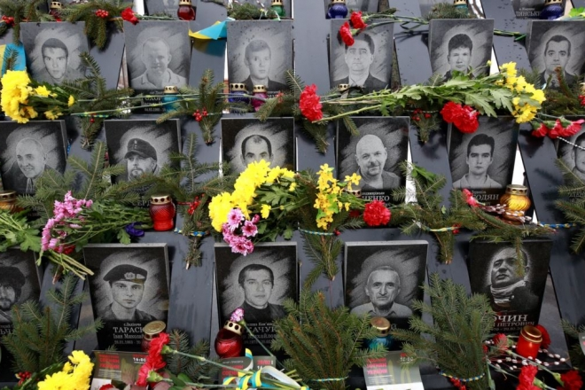 Неадекват помочився на пам'ятник Героям Небесної сотні