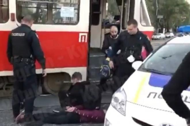 Напали на кондуктора та вибили вікно. Столичні підлітки влаштували погром у трамваї (ВІДЕО)