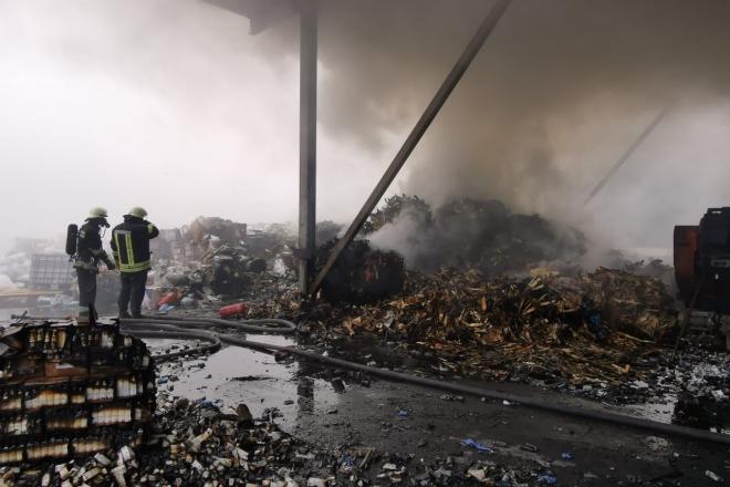 Під Києвом сильна пожежа на підприємстві з утилізації хімречовин та медпрепаратів (ФОТО, ВІДЕО)