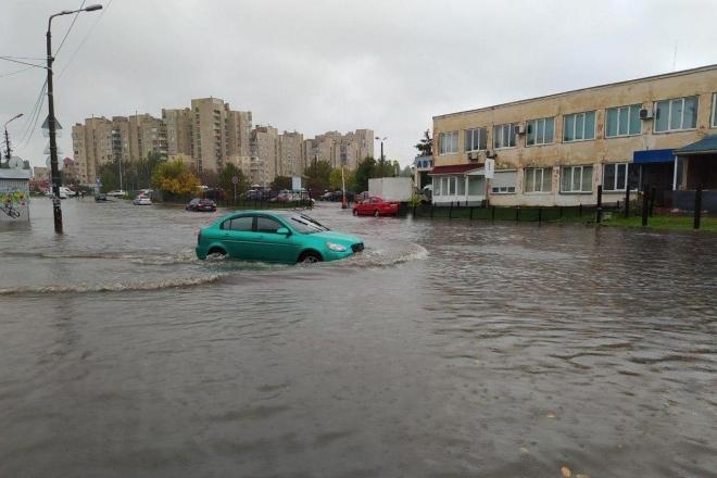 Злива у Києві: на яких вулицях не обійтися без човнів