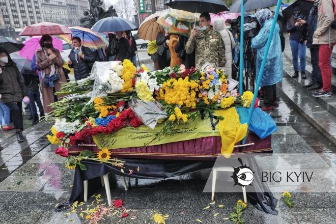 У Києві попрощались із ветераном, який спалив себе на Хрещатику