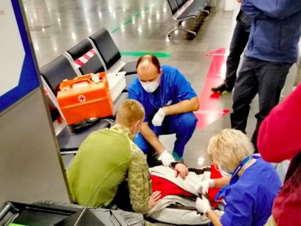 Прикордонники врятували життя чоловіка в аеропорту. В нього стався приступ епілепсії