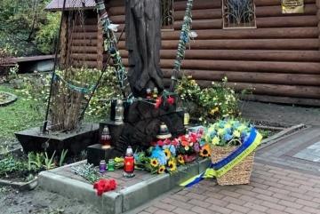 На місці загибелі активістів Майдану з'явились квіти від Зеленського і Шмигаля