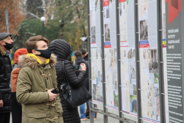 Батькам української дипломатії присвятили вуличну виставку. Відвідати її можна онлайн