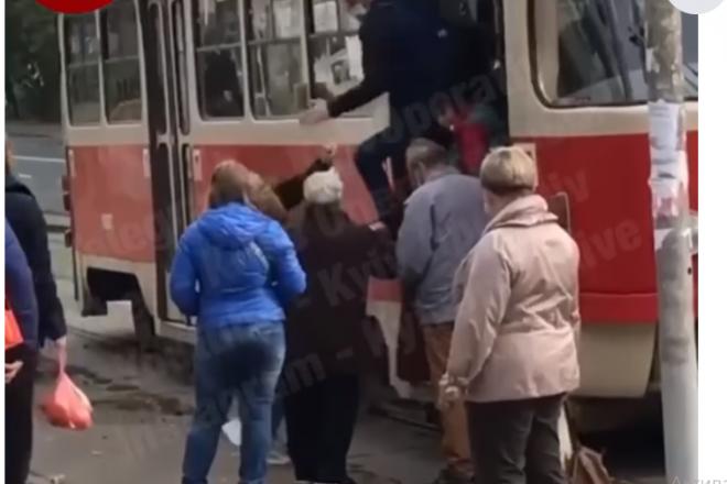 Дівчина без маски штурмом брала трамвай – пасажири і кондуктор її виштовхали