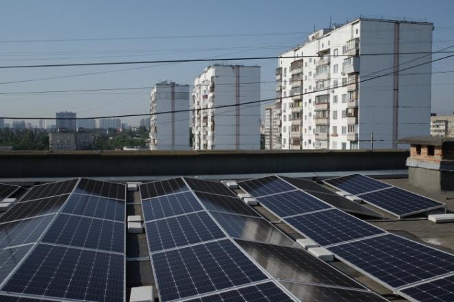 Перша сонячна електростанція на даху багатоповерхівки запрацювала у столиці